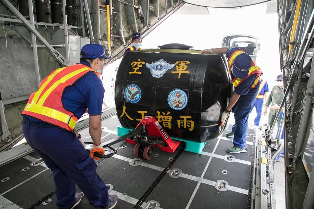 快新聞/南部水情告急! 空軍派出這款運輸機來人工增雨