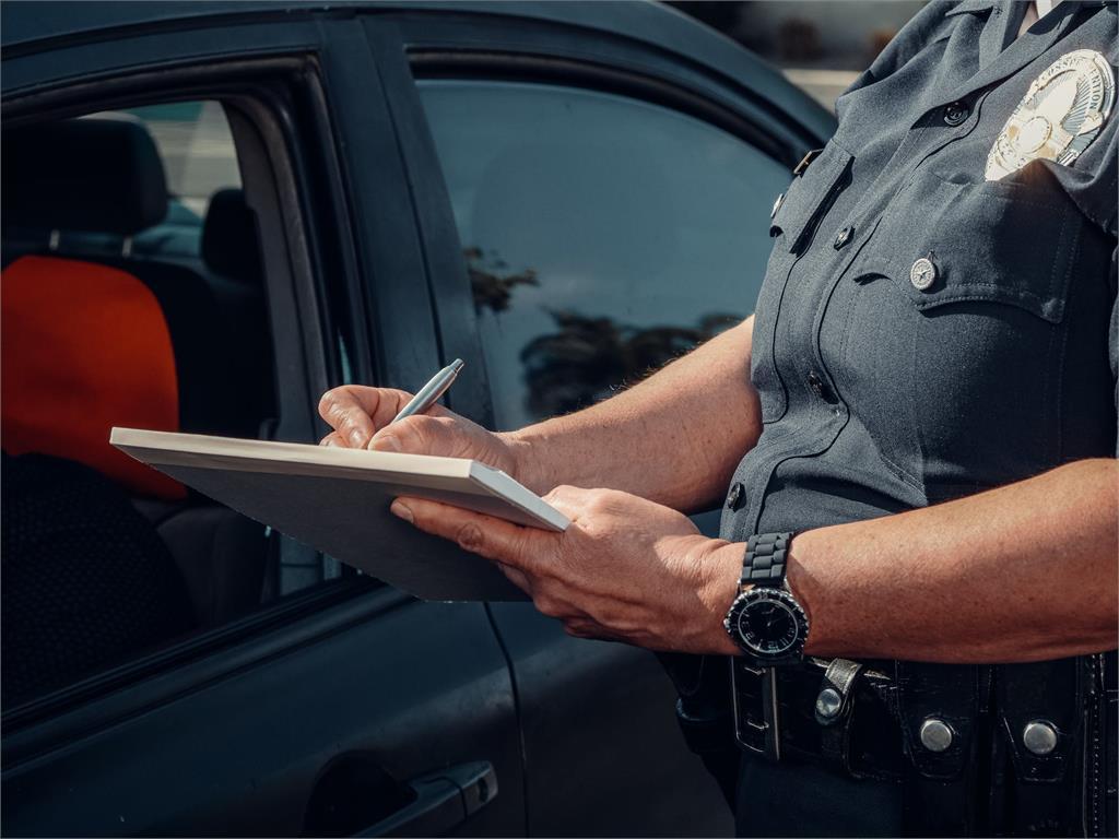 開車沒全程打方向燈遭罰2萬4!「2分鐘吞8紅單」法院判撤銷7張