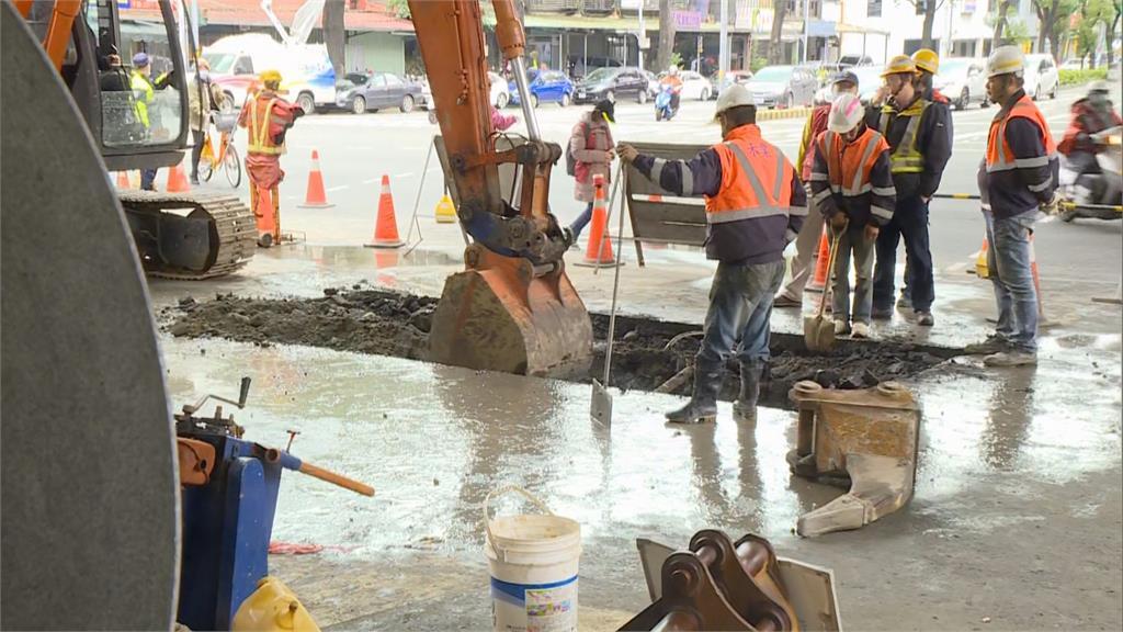 快新聞/板橋水管破裂1.5萬戶供水仍受阻 自來水公司搶修急設供水點