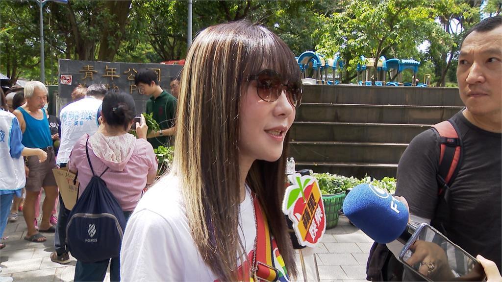 歌手金瑞瑤帶18歲獨子 義賣地瓜葉做公益