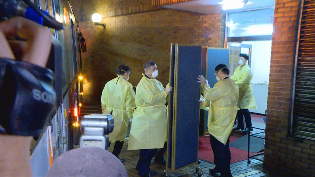 莫斯科舞團專車移往防疫旅館 一度僵持不願走