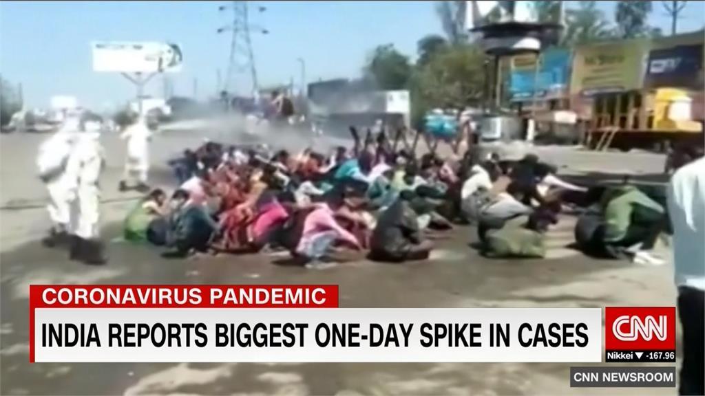 印度全境封鎖  移工跨省趕回鄉竟被噴漂白水