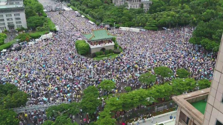 萬人不畏風雨擠爆凱道 大聲喊出紅色媒體滾出台灣