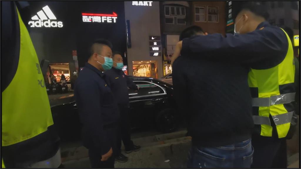 取締違規臨停驚見「長槍」 男拒檢跑超商「丟毒」