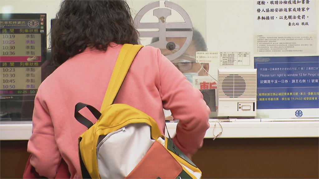 暖心售票員印「7張票」 祖孫搭火車北上有座