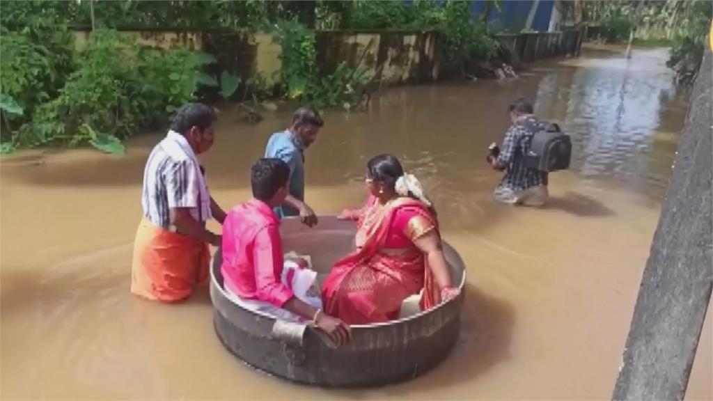 「漂」向寺廟完婚!印度新人不畏洪災坐鐵桶赴典禮 網笑:真心祝福
