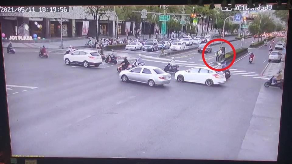 快新聞/高雄警察指揮交通 民眾突「持鐵槌重擊後腦」隨之逃逸