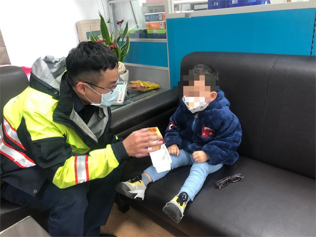 快新聞/6旬婦遭撞孫嚇壞哭喊媽媽 暖心警扮保母安撫照顧