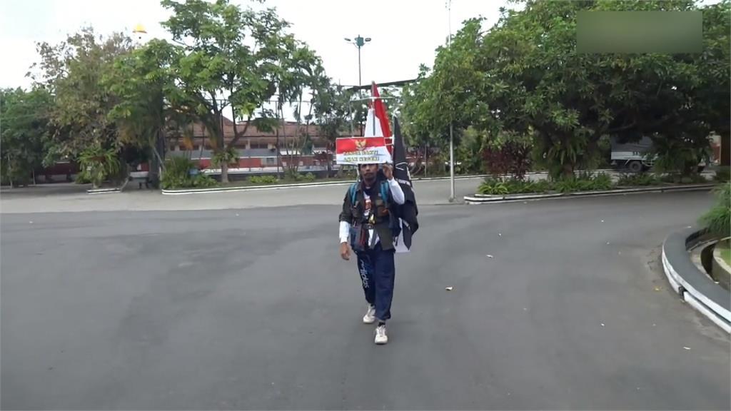 倒著走800公里!印尼男子獨特方式倡環保