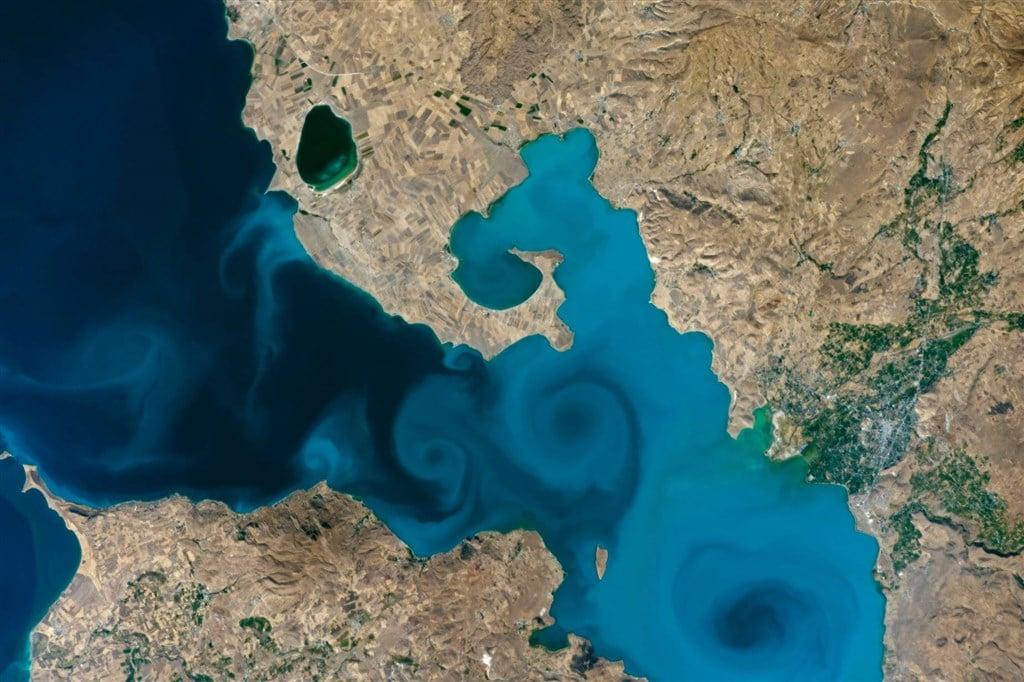 NASA年度最佳地球照片:土耳其萬恩湖藍漩渦