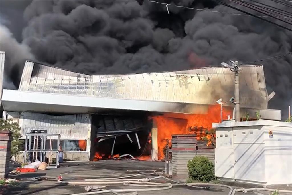 快新聞/濃煙狂竄! 彰化保麗龍工廠大火狂燒 廠房被烈焰吞噬
