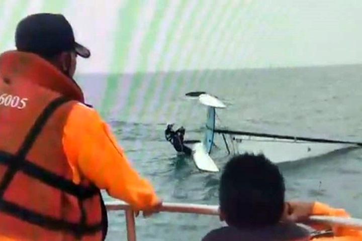 情侶搭風帆出海翻船 海巡馳援救兩人