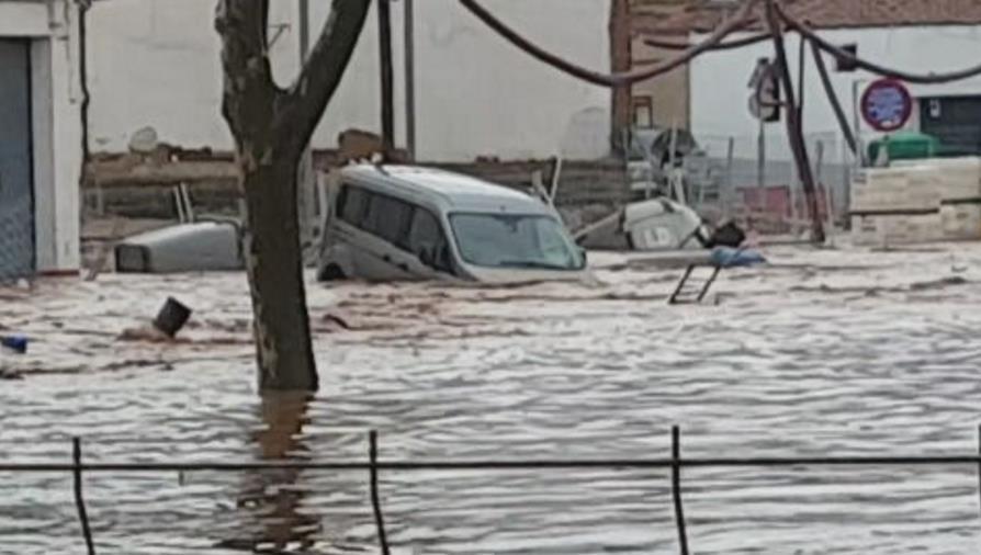 暴雨襲擊南西班牙釀洪災 多地道路成「車河」車主痛心