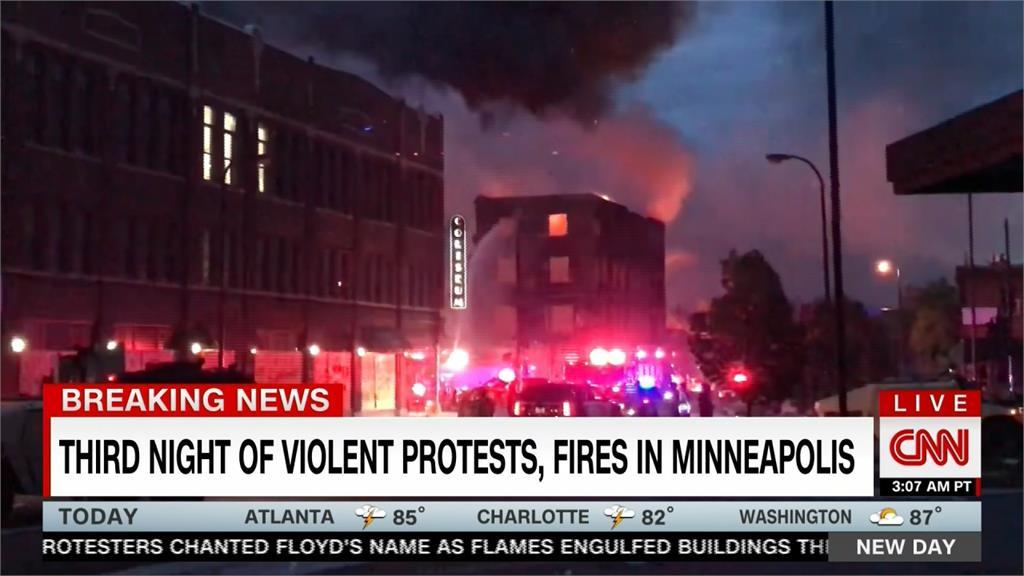 非裔男遭警壓頸致死 CNN記者報導示威遭上銬
