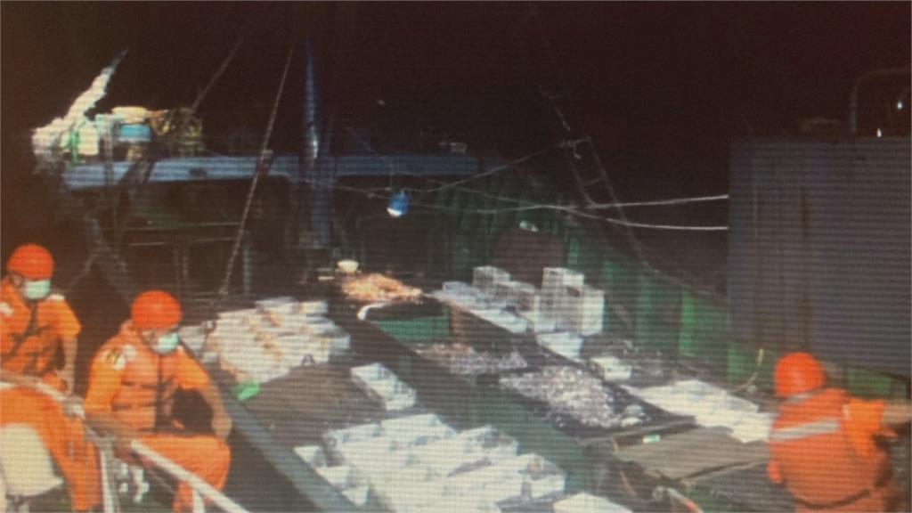 超敬業!台中海巡逮越界中國船#-#隊員登檢「摔斷肋骨」 忍痛抓人