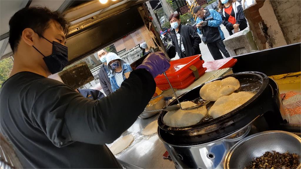圓滾滾炸蛋蔥油餅 外型如氣球 搭老闆自製醃漬泡菜最對味