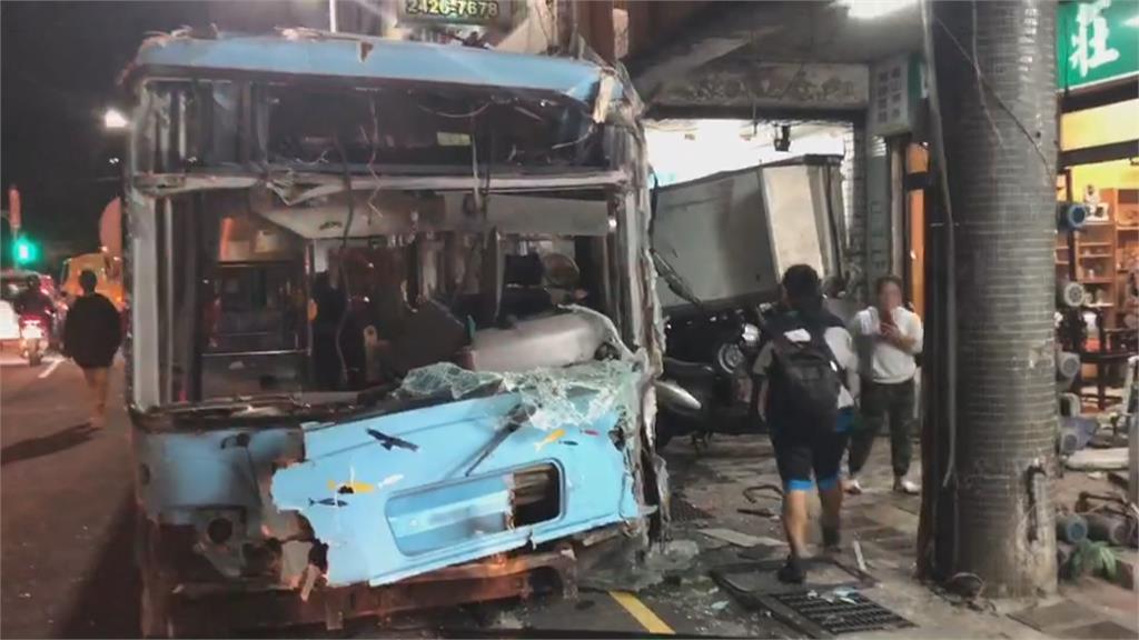 才保養完就出事!公車疑煞車失靈 暴衝撞騎樓釀14傷