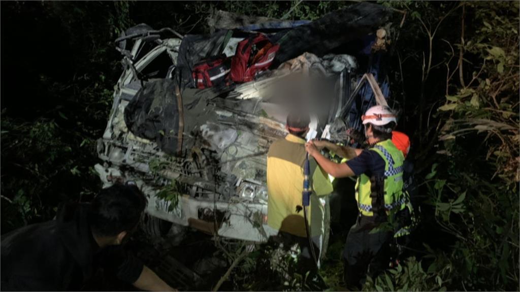 疑滿地泥濘打滑失控 水泥車墜30公尺深山谷
