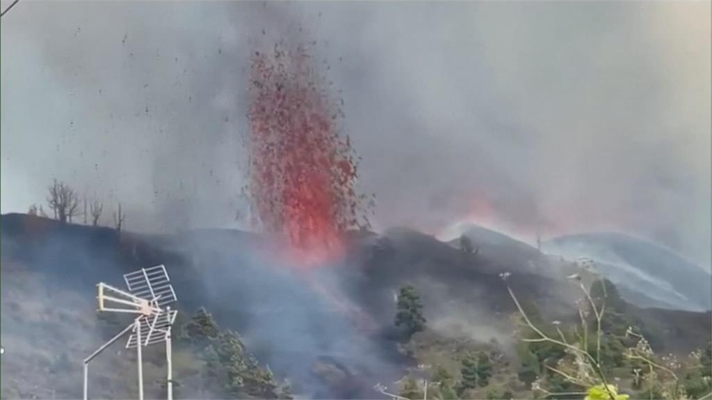 西班牙火山島噴發 爆出巨型火山灰雲 岩漿狂噴