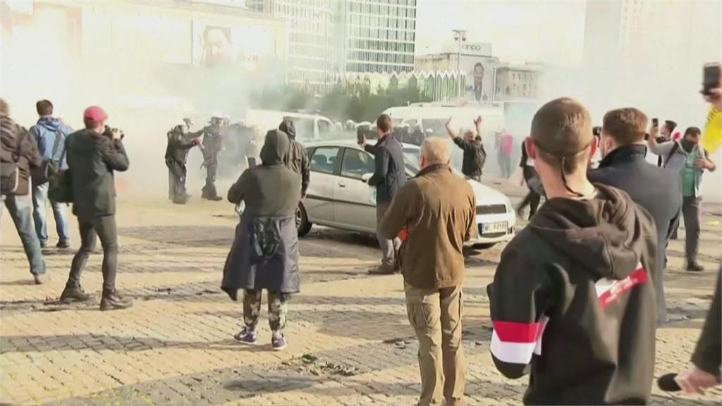 「快活不下去」波蘭、義大利封城宵禁民眾大舉上街示威 警狂噴催淚瓦斯