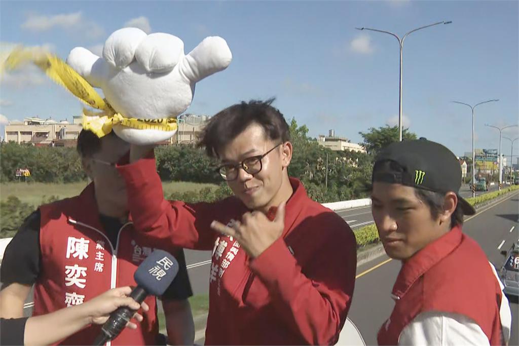 快新聞/罷韓黃金週掃街車隊啟動! 沿途民眾「雙手比6」熱情相挺