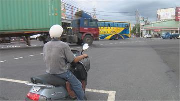 嚇!婦人騎車「左切」擦撞曳引車捲進輪下當場遭輾斃