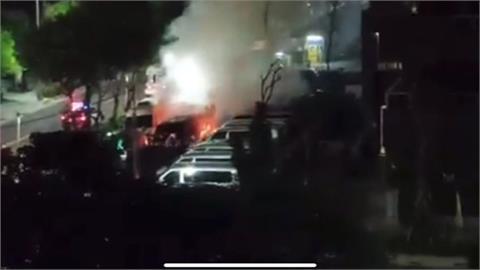 新莊中秋夜傳火警!露天停車場兩車燃燒