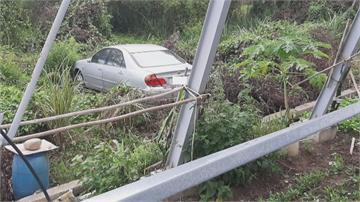你累了嗎?駕車暴衝撞破招牌飛越6米掉菜園 老夫婦命大虛驚