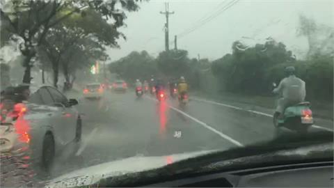 高雄午後對流旺盛  劇烈降雨宛如用「灌」的