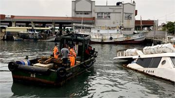 「綠島之星」突沉沒旗津港 緊急設攔油索防油料外洩