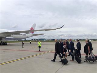快新聞/捷克參議院長訪團抵台 最新機場畫面直擊