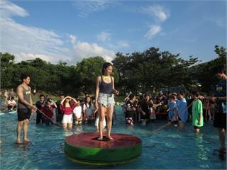《綜藝大集合》張家瑋超「兇」玩水上跳繩  胡瓜直接將女徒弟丟水裡