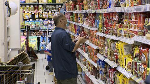 烟花颱風逼近! 賣場湧人潮 搶購泡麵餅乾 急補物資