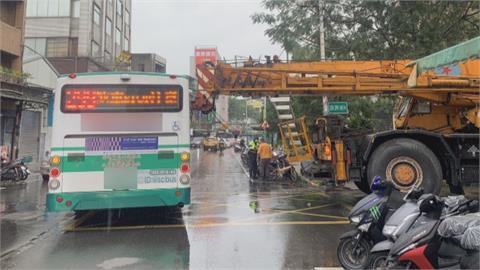 工程車「超長吊臂」伸出巷口 行經公車被撞出大洞