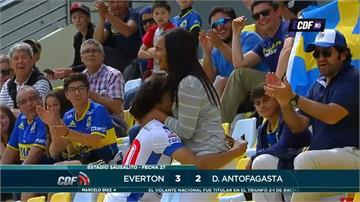委內瑞拉足球前鋒 進球後跑上看台浪漫求婚