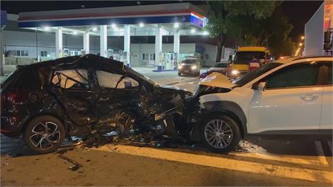 疑閃前車失控打滑 轎車衝對向車道撞休旅車釀3傷!