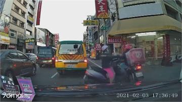 婦人逆向鑽車縫  撞上騎車外送員噴飛受傷
