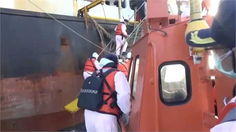 海巡署攔截外籍雜貨輪 查獲上百萬包私菸
