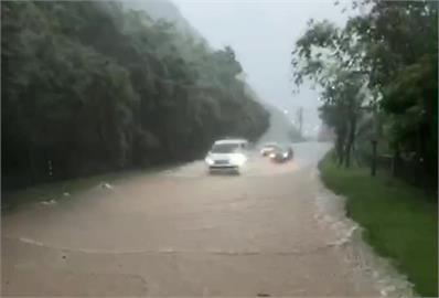 快新聞/大雨狂炸! 新北陽金公路變泥河  車輛驚險駛過險象環生