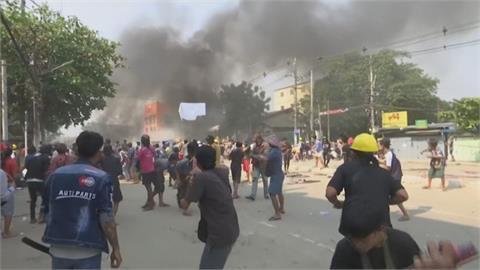 緬甸鎮壓逾200死! 仰光民眾向警丟汽油彈
