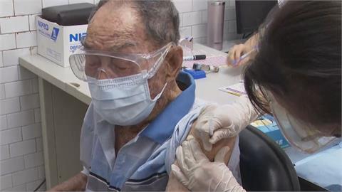高雄開放87歲以上長者施打疫苗 現場「人擠人」陳其邁關切現場安全距離
