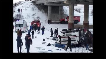 俄羅斯巴士前輪爆胎打滑墜橋!釀19死21傷