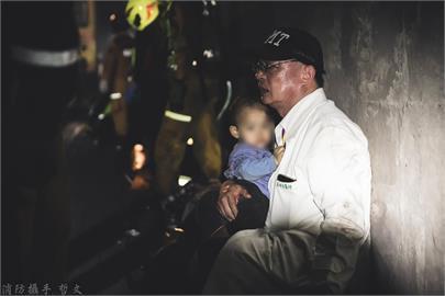 快新聞/好暖! 太魯閣號事故 白袍醫師隧道中緊抱男童默默安撫