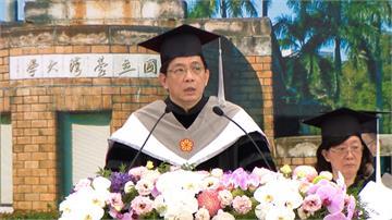 首主持台大畢業典禮 管中閔勉「勇於改變」