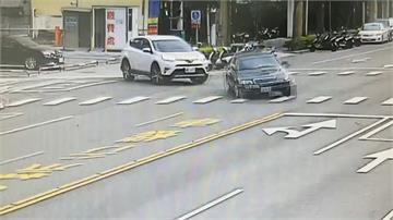 醫師急閃違規迴轉  轎車失控衝進對向民宅騎樓