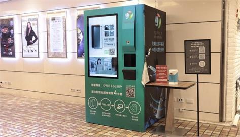 自動販賣機也能貼保護貼?TOPFILM 貼膜機,iPhone 貼膜新體驗