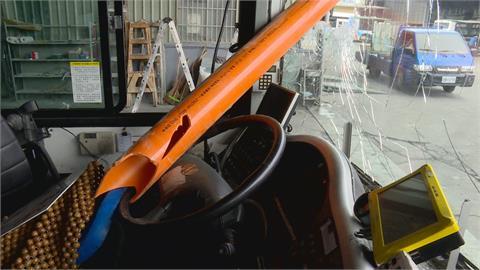 公車驚魂! 對向貨車水管斜放 司機驚險逃死劫