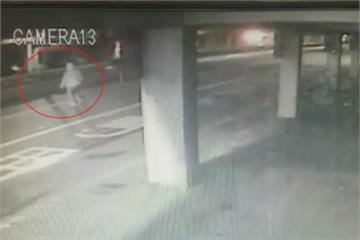 欲跨越安全島搭公車 老婦遭貨車撞死