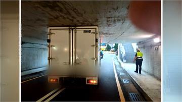 地下道限高2公尺 貨車硬闖變「卡車」鬧劇