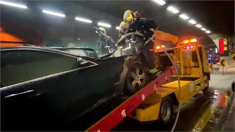 雪隧驚傳火燒車!拖吊故障車冒烈焰 隧道一度封閉